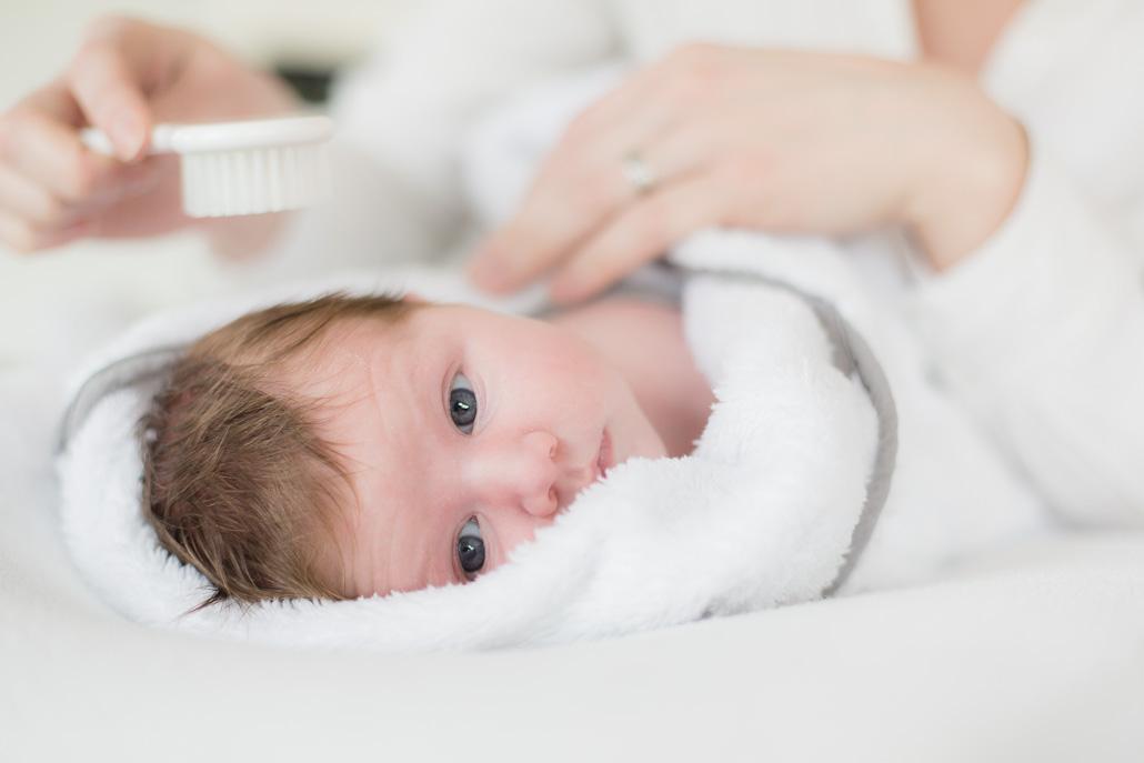 Newborn kijkt in de camera