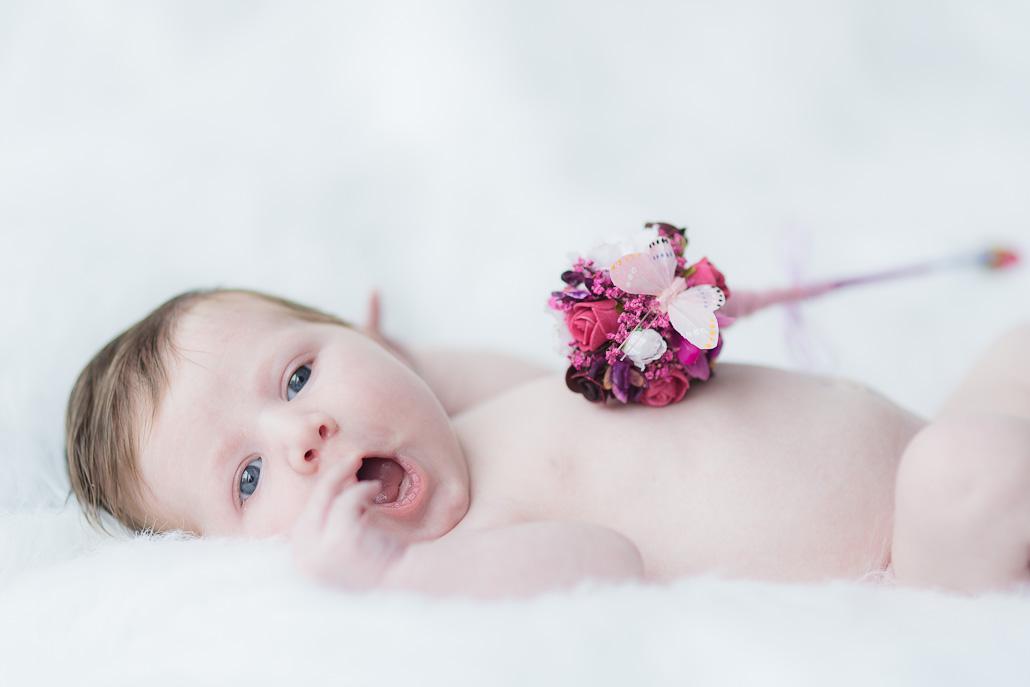 Newborn op wit pluche