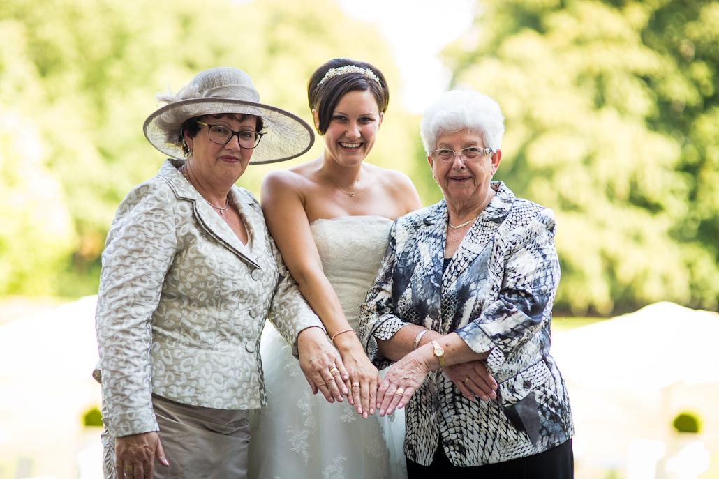 Drie generaties trouwringen en bruid