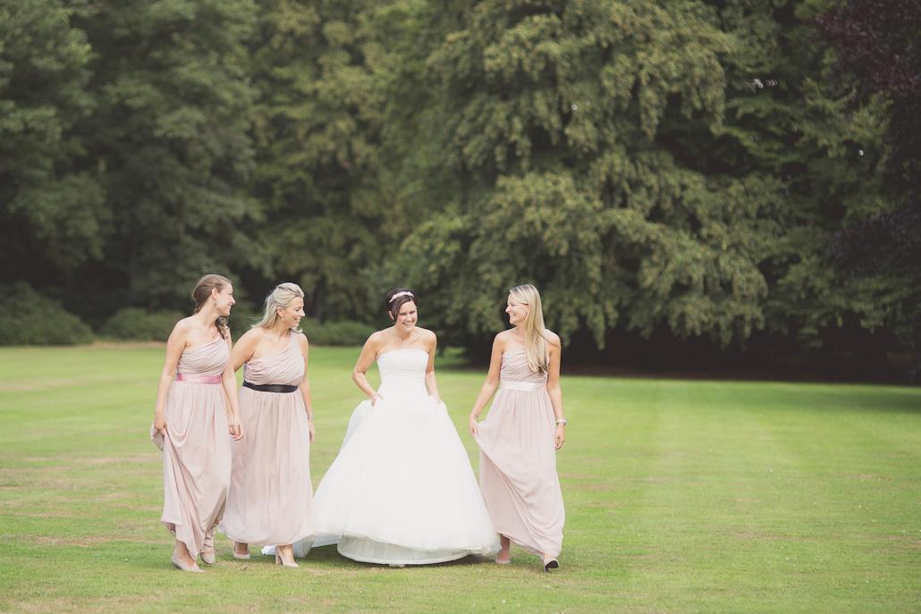 Bruid met bruidsmeisjes in de tuin van Huis de Voorst