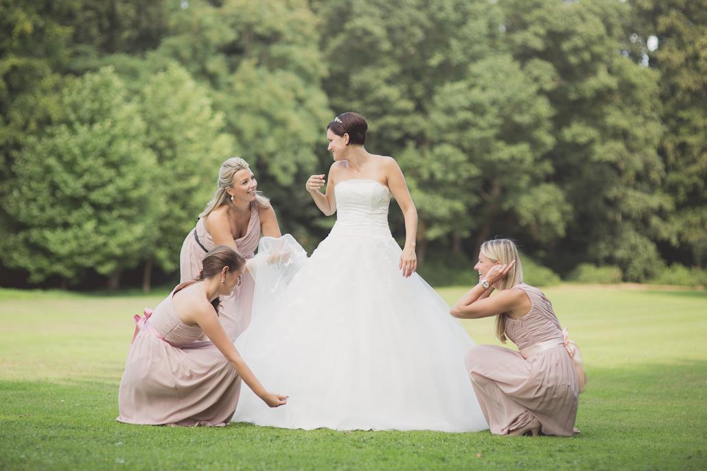 Bruidsmeisjes in roze jurken met bruid