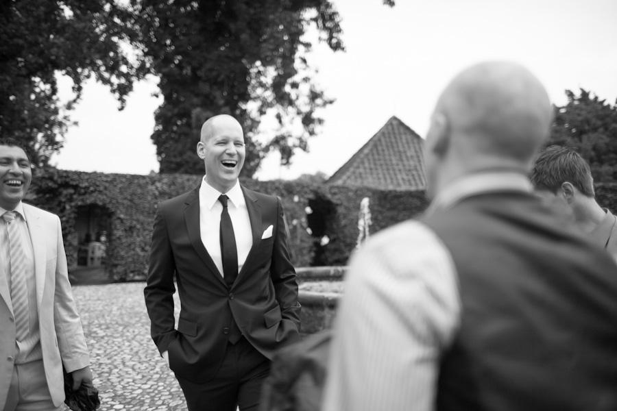 Bruidegom verwelkomt de gasten