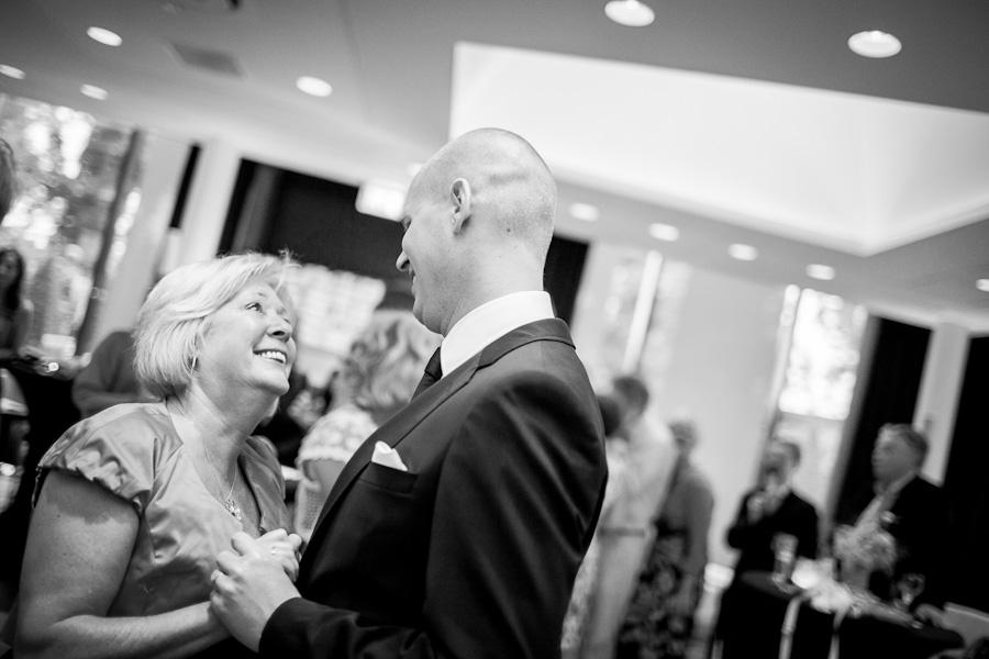 Bruidegom danst met zijn moeder