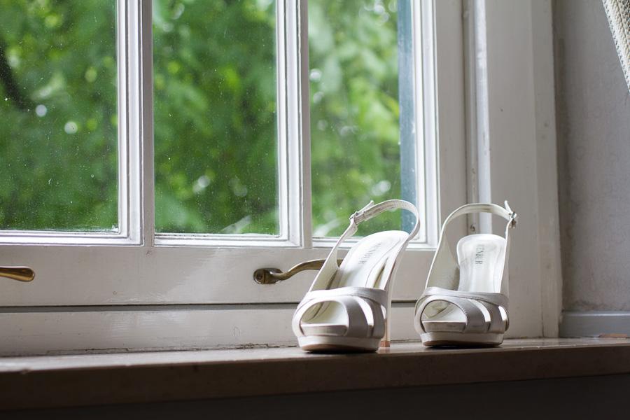 Trouwschoenen in het raam