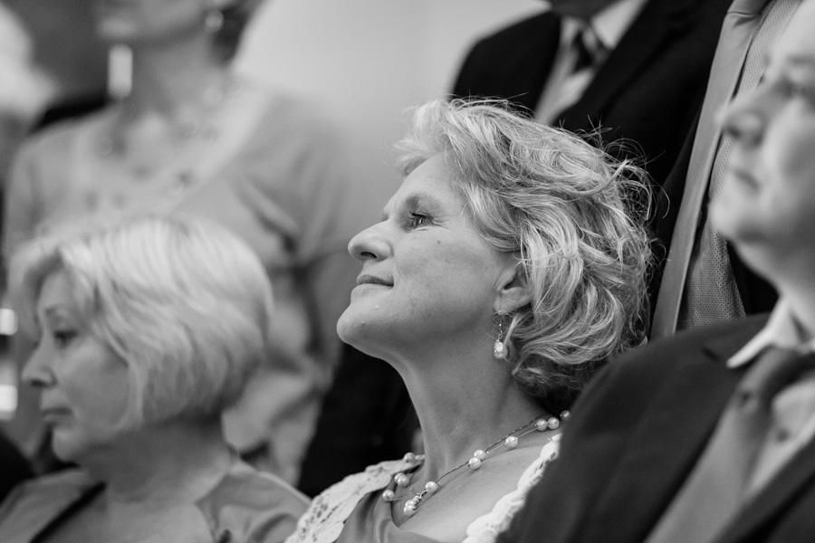 Portret moeder van de bruid tijdens ceremonie