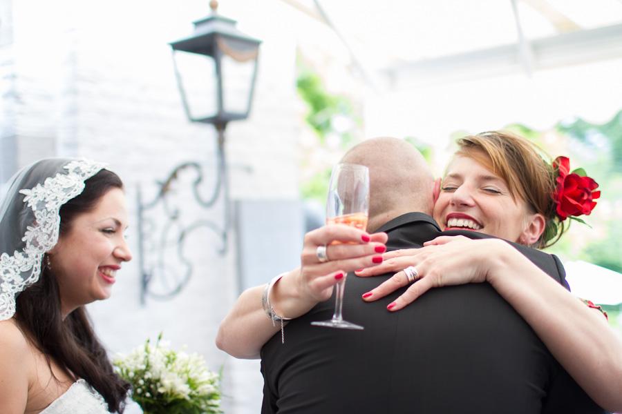 Bruidegom tijdens feliciteren