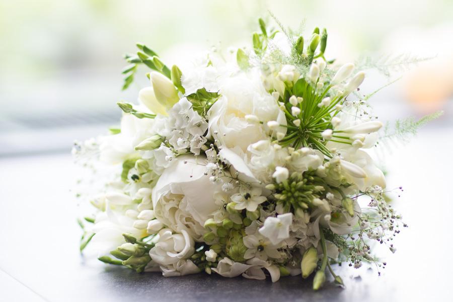 Wit bruidsboeket met pioenrozen